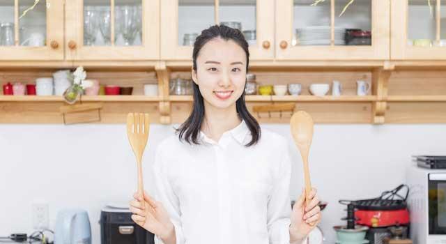 食器棚や皿などの収納